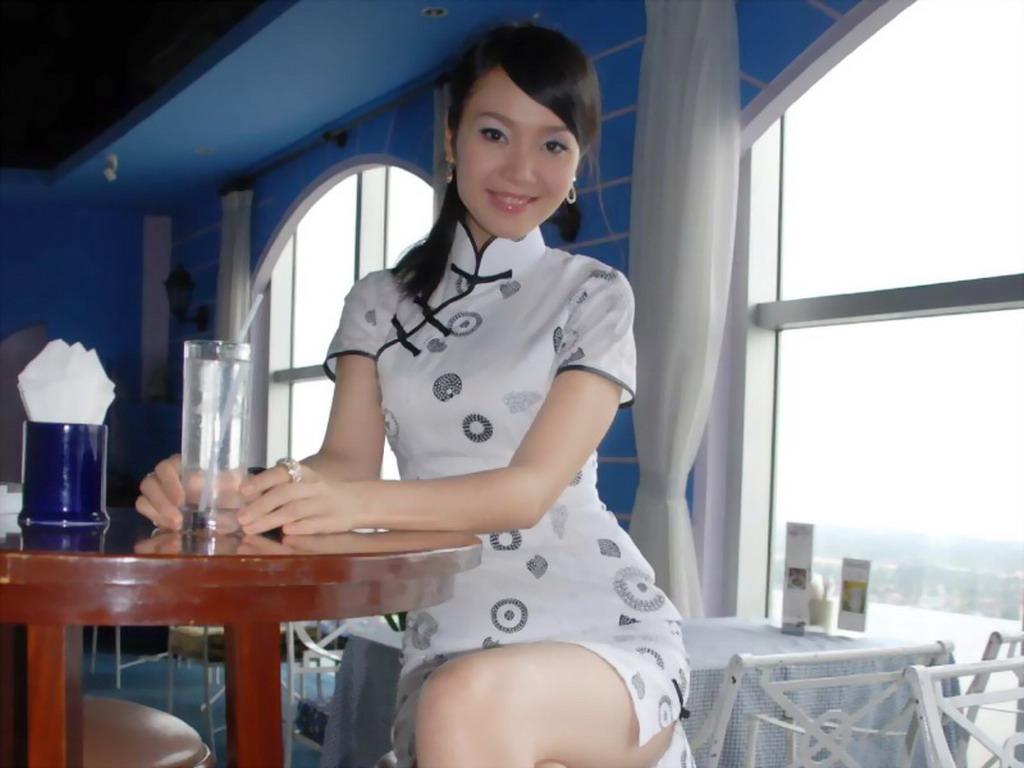 屏 穿旗袍的美女1024x768