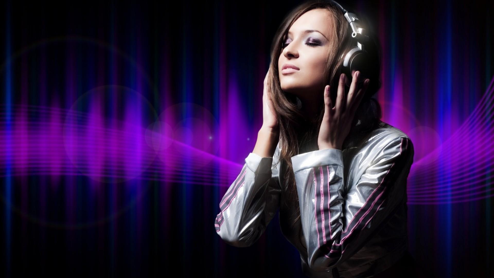 听音乐的时尚耳机美女高清宽屏壁纸图片12